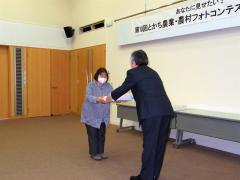 賞状を受ける松原さん(左)