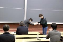 表彰を受ける赤坂さん(右)