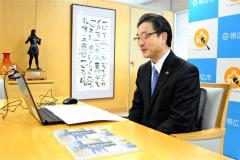 オンライン贈呈式で感謝の言葉を述べる米沢市長(24日)