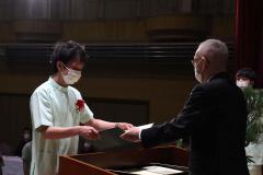 菊池学院長から卒業証書を受け取る生徒
