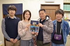 オブジェ作りに意気込む小島理事長(右)ら日本建築アート協会の関係者