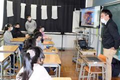 田中所長(右)の説明に耳を傾ける児童ら