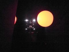 暗闇の中に浮かび上がる巨大な球体