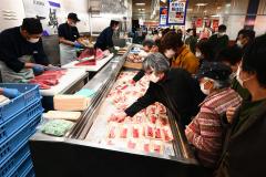 買い物客でにぎおわう「一鱗」の売り場(1日午前10時50分ごろ、藤丸で。金野和彦撮影)