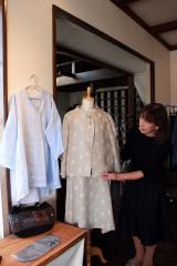 会場に並ぶリネンやコットンの服