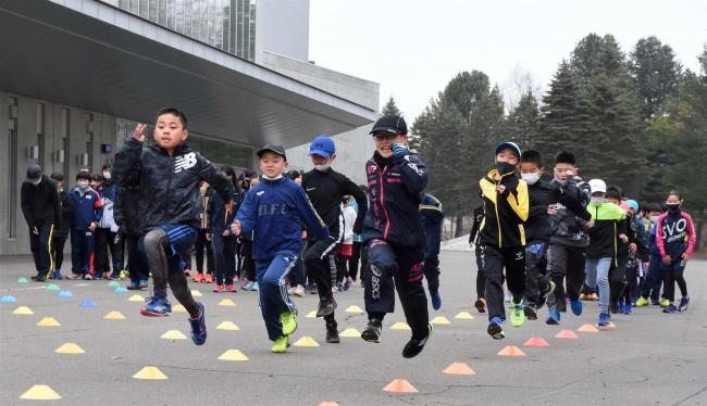 十勝陸上クラブ今季活動始動、小中学生約90人元気に体を動かす