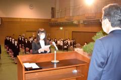 宣誓する及川さん。右は大瀧学院長