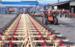 農作業シーズンの始まりを受け、ピークを迎えた農機具の出荷(6日、足寄町の日農機製工。金野和彦撮影)