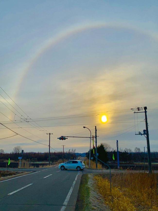 朝日に輝く虹出現 十勝で「日暈」