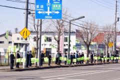 旗を手に交通安全を呼び掛ける参加者