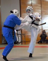 【予選U19女子-215】延長戦でミドルキックを放つ中村粋里花(右)。効果を奪い合う接戦を切り抜けて勝利した