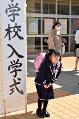 肌寒い気候となった入学式。強風に震えながら記念撮影(幕別白人小で、澤村真理子撮影)