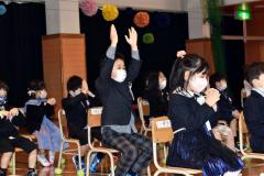 校長先生が飛ばした「あいさつができる種」を手を大きく広げてキャッチ(幕別白人小で、澤村真理子撮影)