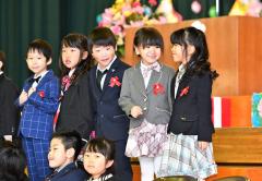 「小学校でも仲良くしようね-」。壇上で笑顔で話す新1年生(帯広緑丘小、塩原真撮影)