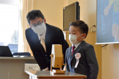 自己紹介 担任の吉野友晴先生に促され、クラスメートの前ではにかみながら自己紹介する新1年(音更駒場小)