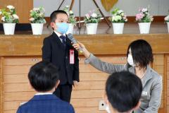 新入生を代表してあいさつする児童(帯広花園小で、後藤貴子通信員撮影)