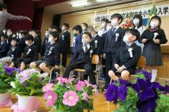 記念撮影に臨む新1年生は、入学式の緊張がちょっぴりほぐれてリラックスムードに(本別中央小学校)