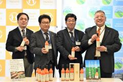 14日から販売する「愛(めぐみ)NINJIN」をPRする(右2人目から右に)松本氏、木戸氏