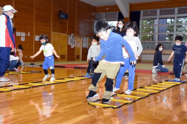 幼児が元気いっぱいに運動、おびひろの森スポーツクラブはつらつ