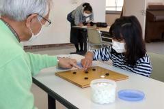 囲碁に挑戦する参加者