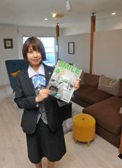 自身が取材した、施工住宅の情報などが掲載されている「SMILE]を持つ松川さん