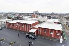 敷地内に建設された防災センター最上階から見える新社屋(14日正午ごろ、塩原真撮影)