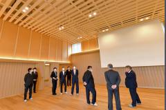 木材をふんだんに使用した新社屋(14日午前10時45分ごろ、塩原真撮影)
