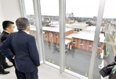 敷地内に建てられた防災センター最上階から見える宮坂建設工業の新社屋(14日正午ごろ、塩原真撮影)