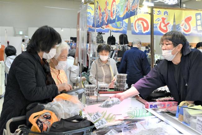 全国の名物、工芸品が勢ぞろい 藤丸で職人展とうまいものセレクション