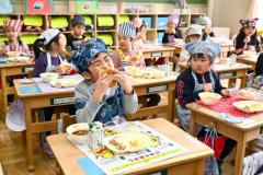 新一年生が初給食(帯広開西小学校で。金野和彦撮影)