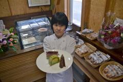 プレオープンに張り切る後藤さん。手にしているのは「フランボアーズ」など自慢のケーキ