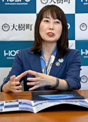 インタビューに答える山崎直子さん(21日、札幌市内で。小山田竜士撮影)