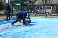 フラミンゴのプールを塗り直す作業員