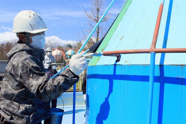 動物園の柵や遊具鮮やかに 塗装組合が奉仕活動