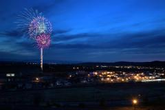 池田町の夜空に打ち上がった、大輪のサプライズ花火(1日午後7時、3,3秒露光。金野和彦撮影)
