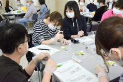 ファイザー社の新型コロナウイルスワクチンの取り扱いについて学ぶ研修会に参加した医療従事者ら