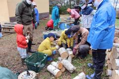 植菌作業を体験する参加者