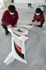 機体を整備する(左から)槌谷さんと吉田さん