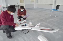 町多目的航空公園で機体を整備する(左から)槌谷さんと吉田さん