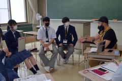 原田さん(右)の話を聞く生徒たち