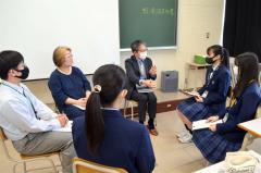 スペースコタン社長の小田切さん(右から3人目)の話を聞く生徒ら