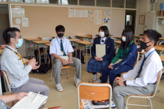ISTの金井さん(左)の話を聞く生徒たち