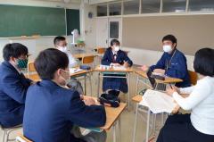 佐藤さん(右から2人目)の話を聞く生徒ら
