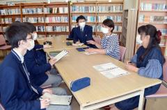 神宮司さん(右から2人目)の話を聞く生徒ら