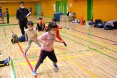 体力測定で反復横跳びをする子どもたち