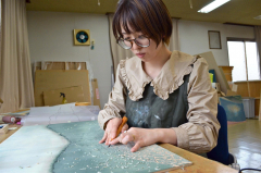 木版画を創作する下山さん