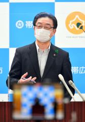 緊急事態宣言を受けて市施設の閉館を発表する米沢市長(15日午後7時半すぎ、塩原真撮影)