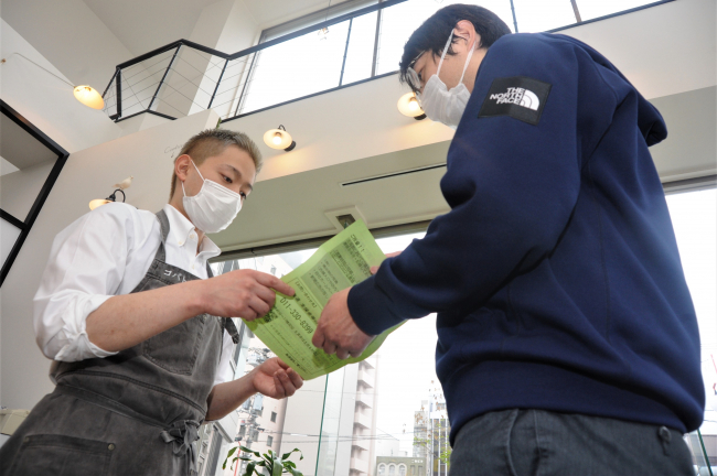時短営業要請のチラシを飲食店に配布 緊急事態宣言で市職員