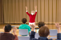 参加者に歌に合わせて体を動かすことを促す嶋村さん