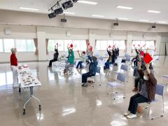 嶋村さんの合図で体を動かす参加者